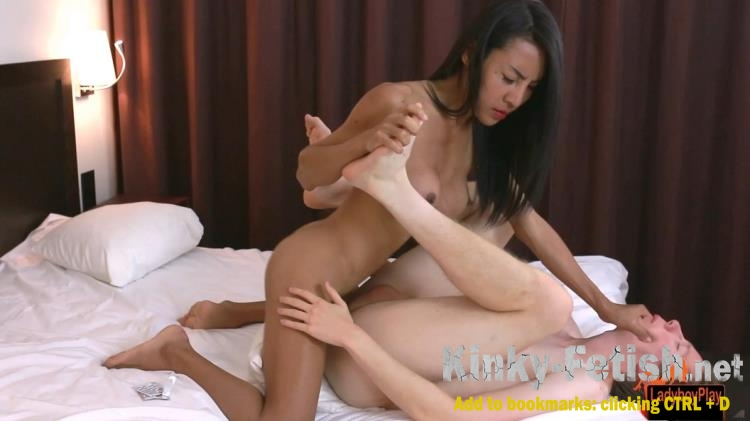 Cuckold wifes blowjob while blindfolded